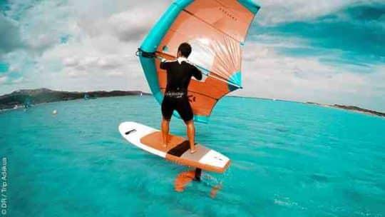 Comment s'appelle le surf avec une voile ?